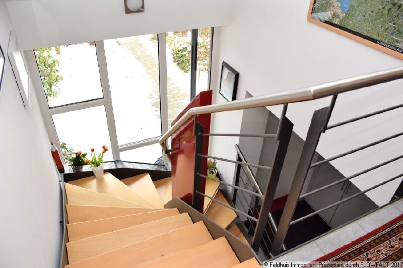 Diele mit Designer-Treppe