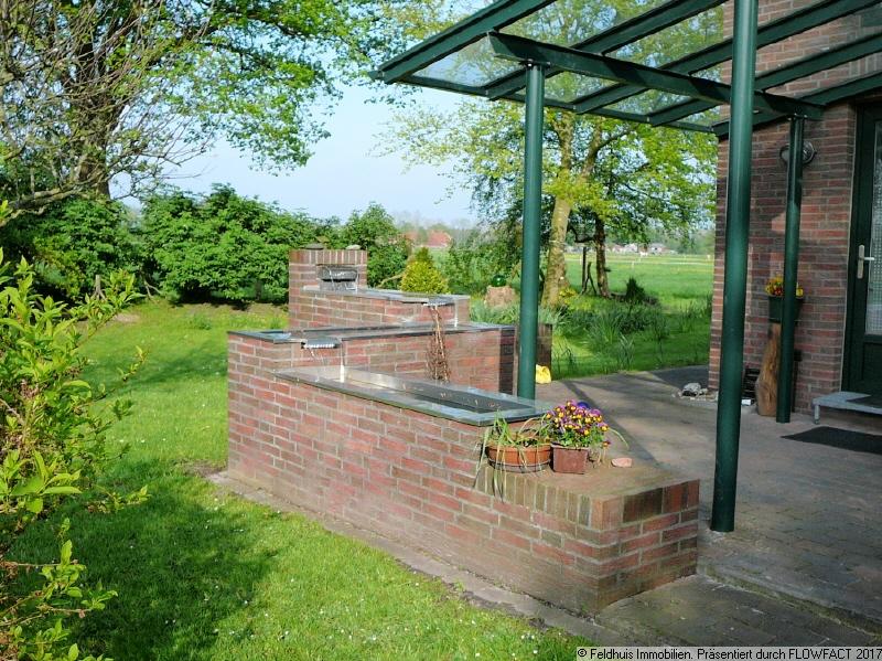 Terrasse mit Brunnenanlage Frühjahr 2020