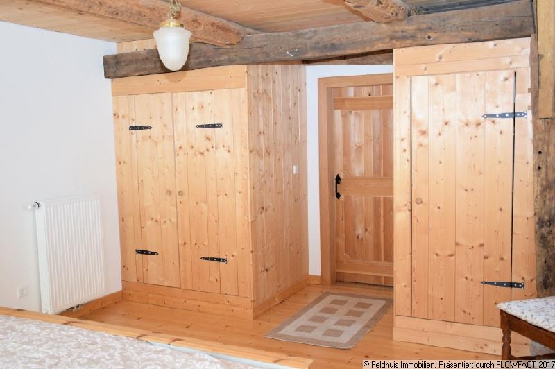 Schlafzimmer mit Butzenwand